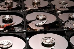 Ausgerichtete offene Festplatten-Computer-Antriebe Stockfotografie
