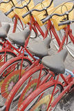 Ausgerichtete rote Mietfahrräder, Peking, China Lizenzfreies Stockfoto