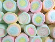 Ausgerichtetes Pastellrosa, Blau, färben farbige Eibisch-Süßigkeiten, Draufsicht für Hintergrund gelb Lizenzfreie Stockfotografie
