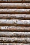 Ausgeschiffter rauer Blockhaus-Wand-Vertikalen-Hintergrund Lizenzfreies Stockbild