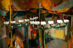 Ausgestorbene Kerzen auf einem kupfernen Kerzenständer Lizenzfreie Stockbilder