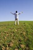 Ausgestreckt zum blauen Himmel Lizenzfreies Stockbild