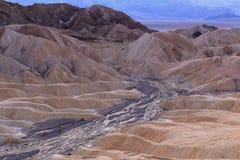 Ausgetrocknetes Flussbett auf Abtragungslandschaft Stockfoto