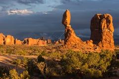 Ausgewogener Felsen gelegen innerhalb des Bogen-Nationalparks Utah stockfotos