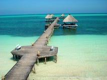 Ausgezeichnete Ansicht eines Docks, welches das karibische Meer des Türkises kommt Stockbilder