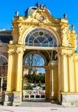 Ausgezeichnete gelbe Architektur des Details O der Kolonnade Badekurort t stockfoto