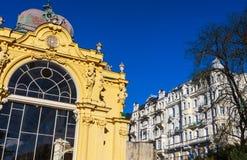 Ausgezeichnete gelbe Architektur des Details O der Kolonnade Badekurort t lizenzfreies stockbild