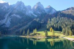 Ausgezeichnete Herbstlandschaft von See Gosausee mit schroffen felsigen Bergspitzen im Hintergrund und schönen Reflexionen auf Wa Stockfoto