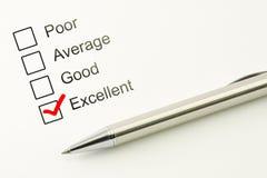 Ausgezeichnete Kundendienstrückführung Konsumentenbefriedigungskonzept Markierter Checkbox mit einem Stift auf Papierhintergrund stockfoto