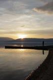 Ausgezeichnete Landschaft bemannen Sie die Abbildung des Sonnenuntergangs über See prespa in Macedonia Stockbild