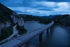 Ausgezeichnete Landschaft, nightscape mit Lichtspuren und das Felsenphänomen der wunderbare Felsen-Balkan-Berg, Bulgarien stockbilder