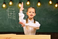 Ausgezeichnete Pupille ausgezeichneter Schüler mit der angehobenen Hand ausgezeichneter Schüler kennt Antwort Schullektion mit au lizenzfreie stockfotografie