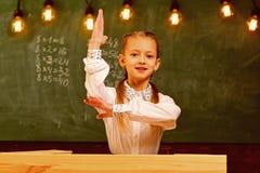 Ausgezeichnete Pupille ausgezeichneter Schüler mit der angehobenen Hand ausgezeichneter Schüler kennt Antwort Schullektion mit au stockbild