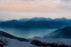 Ausgezeichnete schneebedeckte Berge am Sonnenuntergang Lizenzfreies Stockbild