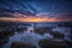Ausgezeichnete Sonnenaufgangansicht an der Küste Schwarzen Meers lizenzfreies stockfoto