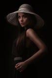 Ausgezeichnete Weinleseartfrau in einem Hut Stockfotos