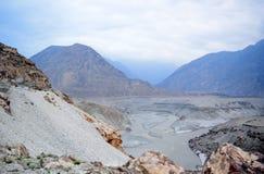 Ausgezeichneter Berglandschafts- und Flussgrundriss von der Spitze stockfotos