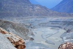 Ausgezeichneter Berglandschafts- und Flussgrundriss von der Spitze lizenzfreie stockfotografie