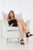 Ausgezeichneter Blick einer schicken Frau in einem schwarzen Kleid Lizenzfreies Stockbild