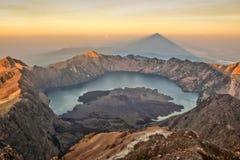 Ausgezeichneter Gebirgsring herein um Rinjani-Vulkan Stockbild