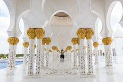 Ausgezeichneter Innenraum von Sheikh Zayed Grand Mosque in Abu Dhabi, UAE Stockbilder