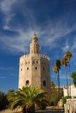 Ausgezeichneter Kontrollturm des Goldes in Sevilla lizenzfreie stockbilder