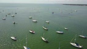 Ausgezeichneter Luftflug des brummens 4k über kleinem Yachtmotorbootsegeln im ruhigen blauen Hafenbuchtwasser im tropischen Meerb stock video footage