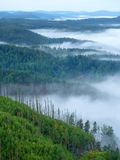 Ausgezeichneter schwerer Nebel in der Landschaft Sahniger Nebel des Herbstes in der Landschaft Hügel erhöht vom Nebel, Lizenzfreie Stockbilder