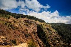 Ausgezeichneter Seitenansicht-großer Wasserfall auf großem steilem Berg Lizenzfreies Stockbild