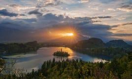 Ausgezeichneter Sonnenaufgang über dem See geblutet, Slowenien stockfotografie