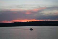 Ausgezeichneter Sonnenuntergang auf dem See Lizenzfreies Stockfoto