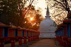 Ausgezeichnetes weißes stupa bei Sonnenuntergang in Sigiriya, Sri Lanka Lizenzfreie Stockfotografie