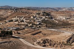 Aushöhlungen und arabisches Dorf nahe ancie Lizenzfreies Stockfoto