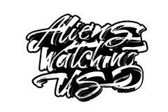 Ausländer, die uns aufpassen Moderne Kalligraphie-Handbeschriftung für Siebdruck-Druck Stockbilder