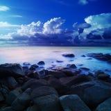 Ausländisches Meer an der Dämmerung Lizenzfreie Stockfotografie