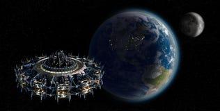 Ausländisches Mutterschiff UFO, das Erde mit Kopienraumhintergrund sich nähert Lizenzfreies Stockbild