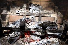 Auslöschung eines Feuers im Kamin stockbild