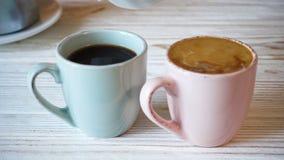 Auslaufende Creme in einen Kaffee an der Küche stock video footage