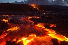 Auslaufende Lava auf der Steigung des Vulkans Vulkanische Eruption und Magma stockfoto