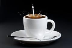 Auslaufende Milch in Kaffee lizenzfreies stockbild