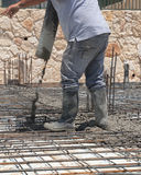 Auslaufender Beton des Bauarbeiters Stockfotos