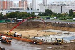 Auslaufender Beton für Grundlage des neuen Wohnblocks Lizenzfreie Stockfotos