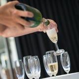 Auslaufender Champagner des Mannes Lizenzfreie Stockfotografie