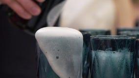 Auslaufender Champagner zum Glas stock video