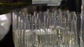 Auslaufender Champagner zum Glas stock footage