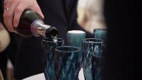 Auslaufender Champagner zum Glas stock video footage