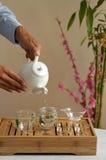 Auslaufender chinesischer grüner Tee in Glasteekanne lizenzfreie stockfotografie