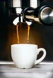 Auslaufender Espressokaffee der Kaffeemaschine Stockfotos