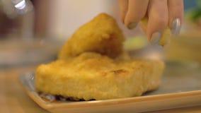 Auslaufender gebratener Käse mit Zitronensaft stock video