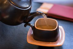 Auslaufender grüner Tee. stockbild